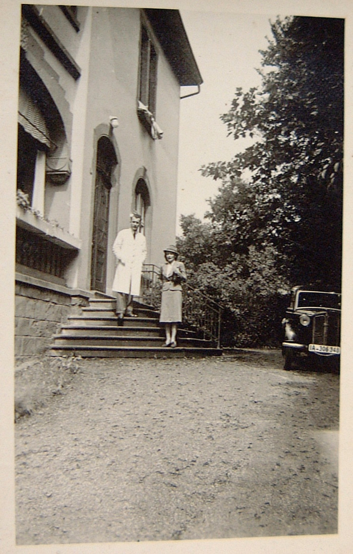 Vor dem Haus 1944